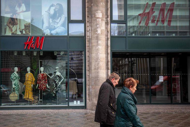 Dos personas pasan ante una tienda de H&M cerrada en Berlín.