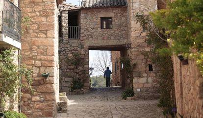 Una persona pasea por Siurana, en la provincia de Tarragona, el 30 de marzo.