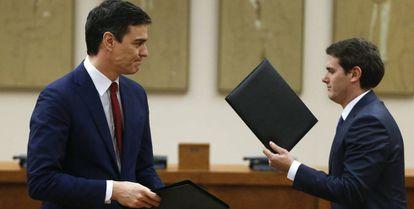 Pedro Sánchez y Albert Rivera tras firmar su pacto, que incluía suprimir las Diputaciones.