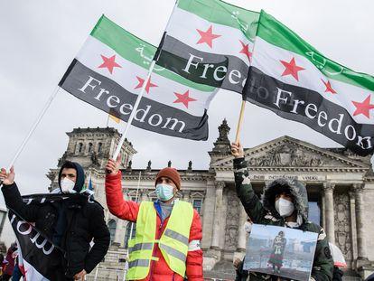 Varias personas participan el pasado 14 de marzo en una manifestación con motivo del décimo aniversario del conflicto sirio frente al edificio del Reichstag, en Berlín (Alemania).