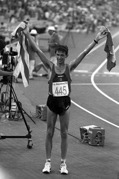El atletista Dani Plaza, oro en los 20 kilómetros marcha en los Juegos Olímpicos del 92, alza la bandera española y la 'senyera' tras su victoria