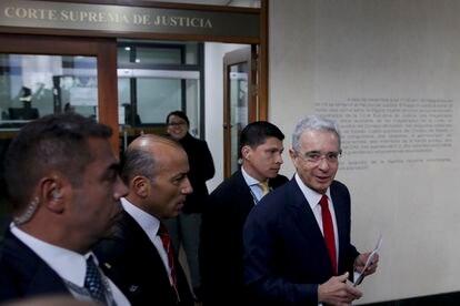 El ex presidente de Colombia, Álvaro Uribe, llega a la Corte Suprema para ser interrogado en un caso de manipulación de testigos, en Bogotá, Colombia, el 8 de octubre de 2019.