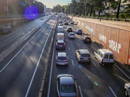 Tráfico en la carretera A6 en la entrada a Madrid, este lunes.