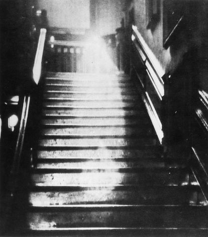 El fantasma que supuestamente apareció en varias ocasiones en Raynham Hall, en Norfolk, Inglaterra, conocido como La Dama Marrón, en una imagen tomada el 9 de septiembre de 1936 por Hubert C. Provand e Indre Shira.