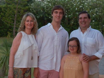 Blanca junto a sus padres y su hermano.