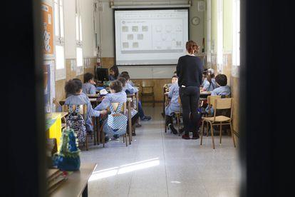 Alumnos en un aula del colegio Inmaculada Concepción de Barcelona, el pasado mes de febrero.