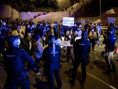 Vecinos del barrio grancanario de El Lasso en una manifestación contra inmigrantes convocada el pasado sábado.