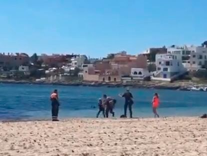 La Policía detiene a un bañista en Ibiza tras intentar ahogar a un agente