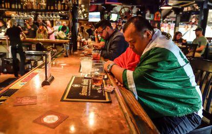 Un mexicano se toma una cerveza en un bar de California.