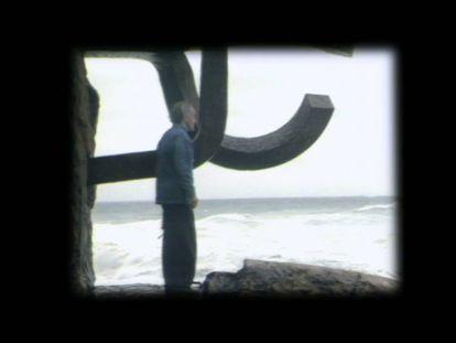 Chillida, junto a su obra en 'El peine del viento', en San Sebastián, en un fotograma del documental.