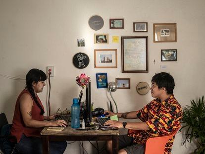 Dos jóvenes arquitectos trabajan en su departamento en la colonia San Simón en Ciudad de México, el pasado marzo.