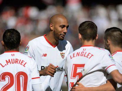 Muriel, N'Zonzi, Lenglet y Sarabia celebran el gol del último.