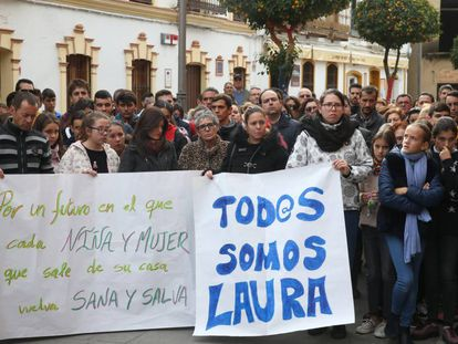 Minuto de silencio en la plaza de Campillos (Huelva) por la muerte de Laura Luelmo.
