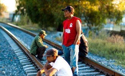 Inmigrantes fuera de un albergue en el Estado de México.