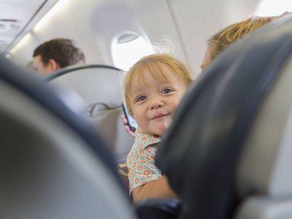 Una nena en una avión.