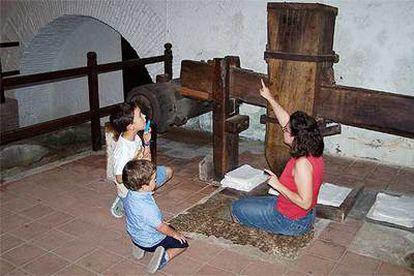 La guía del museo de Capellades, Luisa  Huerta, plancha papel para mostrar el funcionamiento del mazo satinador.