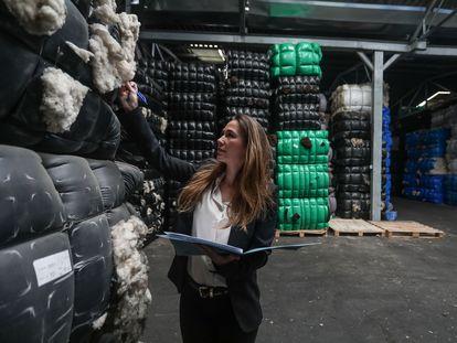 Almacén de la  empresa Carmiel Wool en Fuenlabrada (Madrid), especializada en la venta de lana natural, con 700 toneladas acumuladas.