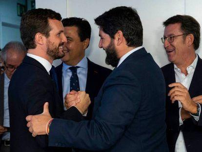 Casado saluda a Fernando López Miras ante Alberto Núñez Feijóo y Juan Manuel Moreno este lunes. En vídeo, declaraciones de Casado.