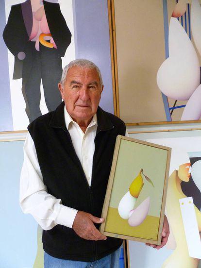 Labad, en su estudio de Altea, con una de las obras expuestas, 'Fruta permitida'.
