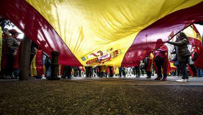 Manifestantes a favor de la unidad de España y en contra del Gobierno destituido delante del cuartel de la Guardia Civil de Girona.