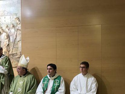 El padre Contreras, primero por la izquierda, durante la toma de posesión como párroco de la Iglesia de Alcorcón.