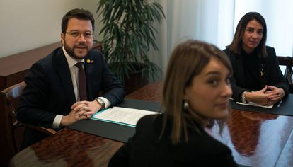 Pere Aragonès, Jéssica Albiach y Meritxell Budó, pactando los Presupuestos.