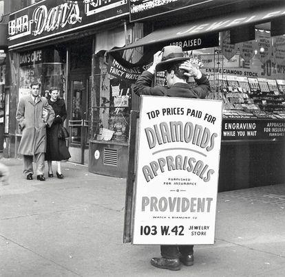 Antes de Internet, había señores que se paseaban así por las calles son miedo a acabar en la carpeta de 'spam' o dando nombre a un teatro.