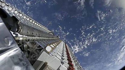 Conjunto de satélites Starlink antes de ser liberados por la segunda etapa del Falcon 9.