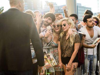 Lady Gaga posa con sus fans el jueves en Berlín.