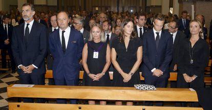El rey Felipe VI (a la izqueirda), junto a Pablo Hohenlohe, Flavia Hohenlohe, Victoria Elisabeth y Alexander Hohenlohe Langenburg y María del Prado, en el funeral por el duque de Medinaceli, Marco Hohenlohe.