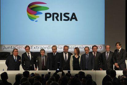 Algunos miembros del nuevo Consejo de Administración de PRISA posan para los medios durante la Junta General Extraordinaria celebrada este sábado en Madrid, en la que los accionistas han aprobado la entrada de Liberty en el capital.