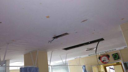 Foto cedida por Satse con el estado en que ha quedado el techo de la UCI de pediatría del Hospital 12 de Octubre.
