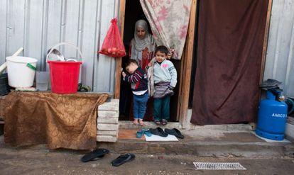 Malak Akram, con sus hijos en su casa en un campo de refugiados.