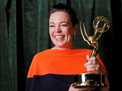 Olivia Colman, con su Emmy como actriz principal en una serie dramática por 'The Crown' de Netflix.