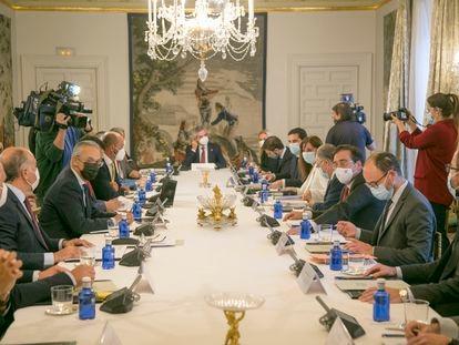 El ministro de Exteriores, José Manuel Albares, tercero por la derecha, con los alcaldes del Campo de Gibraltar, este martes.