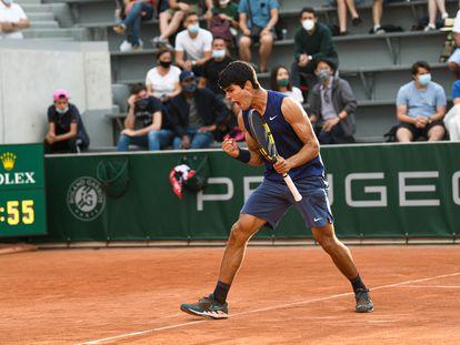 Alcaraz celebra su triunfo contra Basilashvili, el jueves en la Pista 14 de Roland Garros.