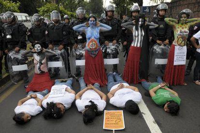 Mujeres salvadoreñas se manifiestan en San Salvador por la despenalización del aborto. / Roberto Escobar (Efe)