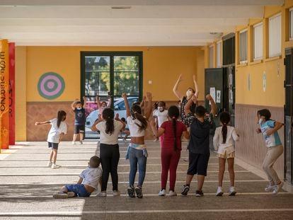 Alumnos del colegio Menéndez Pidal de Sevilla, jugando al pañuelo en el recreo.