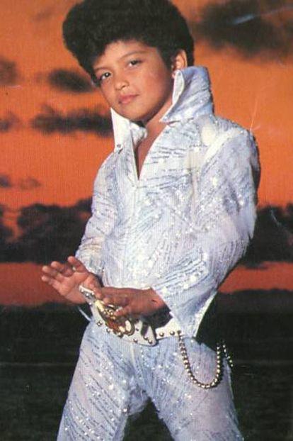 Bruno Mars, con seis años, en la película 'Honeymoon in Vegas' (1990), donde imita a Elvis Presley.