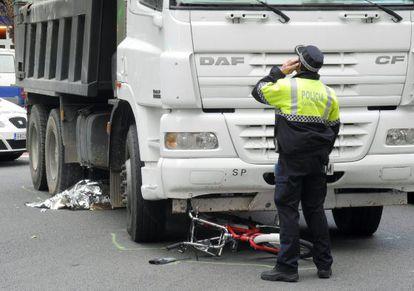 Una mujer de 49 años, usuaria del Bicing -el servicio de alquiler de bicicletas del Ayuntamiento de Barcelona-, ha fallecido hoy al chocar con un camión en el centro de Barcelona.