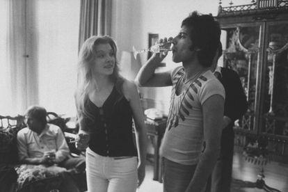 Freddie Mercury y Mary Austin, en una fiesta organizada en casa del primero en 1977.