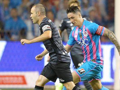 Fernando Torres persigue a Iniesta durante el que ha sido su último partido como jugador.