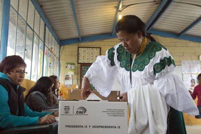 Una mujer vota en las elecciones generales de 2013