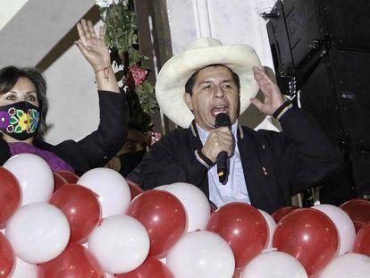 Pedro Castillo y Dina Boluarte, ante decenas de sus simpatizantes tras de recibir las credenciales de sus cargos en Lima (Perú).