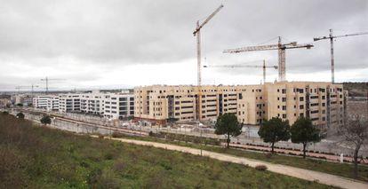 Grúas en las obras de construcción de bloques de viviendas nueva en el PAU Arroyo del Fresno de Madrid.