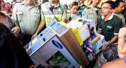 Ciudadanos de Caracas compran electrodomésticos hace dos semanas.