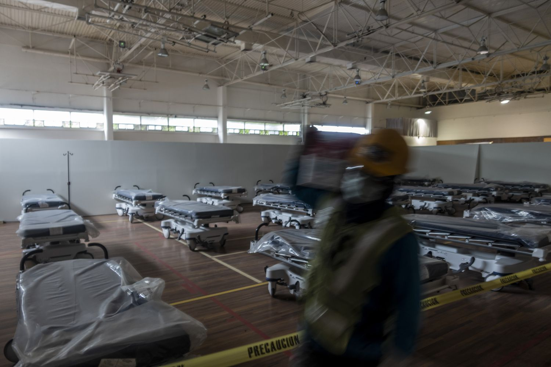 Trabajadores adecúan un hospital de emergencia en Monterrey, México.