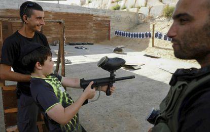 En vez de fusiles de asalto, los menores se tienen que conformar con armas de 'paintball'.