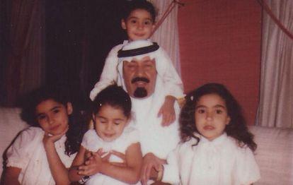 El rey Abdalá con sus hijas, en una fotografía que subió su segunda mujer a su cuenta de Twitter el 14 de noviembre de 2013.