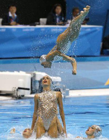 El equipo español de natación sincronizada, en el ejercicio de ayer
